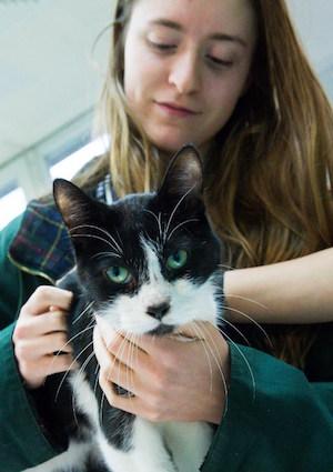 Elena Hanke junto a su gato Miko | DPA / AFP
