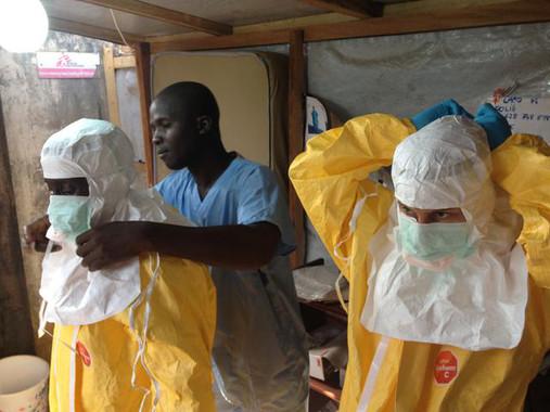 VSV-ZEBOV tiene una eficacia del 100% diez días después de haber sido administrada a varias personas sin el virus pero en contacto con él. / EU Humanitarian Aid and Civil Protection