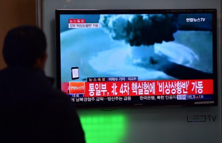 Personas en Seúl viendo las noticias con el test de una bomba de hidrógeno de Corea del Norte | AFP