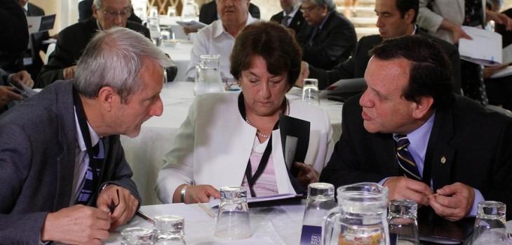 Adriana Delpiano (c), junto a Aldo Valle, presidente del Cruch (i) e Ignacio Sánchez, rector de la PUC (d) | Agencia Uno