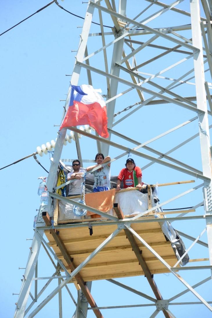 Pescadores en torre de alta tensión
