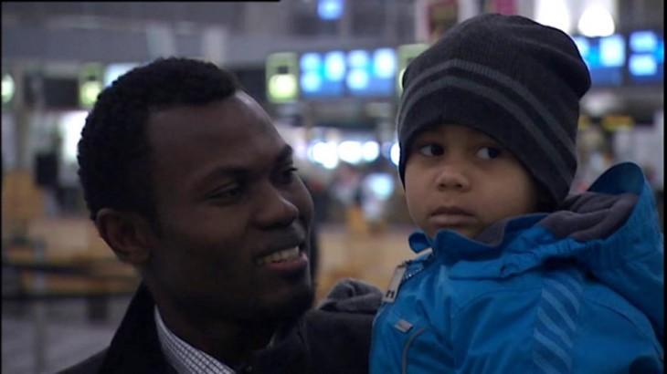 Marius Youbi sosteniendo a un sobrino, que lo fue a despedir al avión | asset.dr.dk