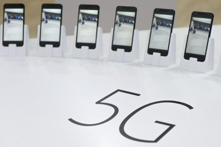 Algunos de los teléfonos mostrados en la MWC ya pueden navegar con 5G, norma aín no establecida en el mundo por los reguladores | AFP