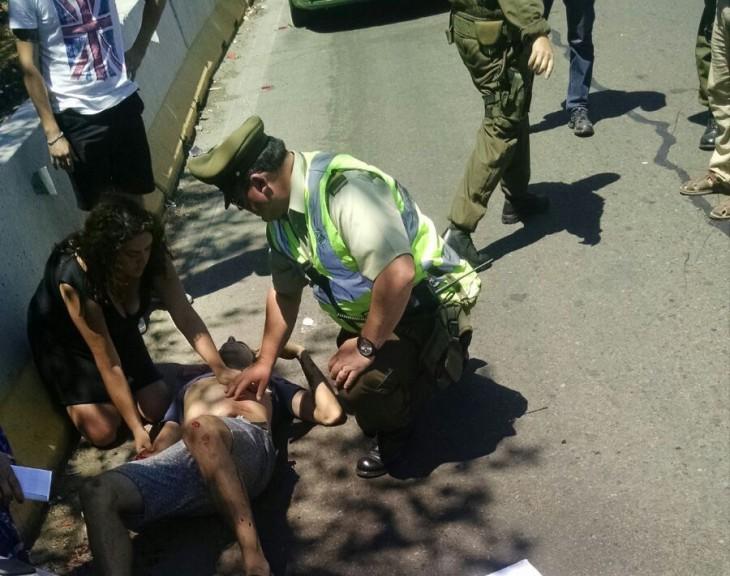 Diddier Marín tendido en el piso, a la espera de la ambulancia | Rodrigo Aravena / RBB
