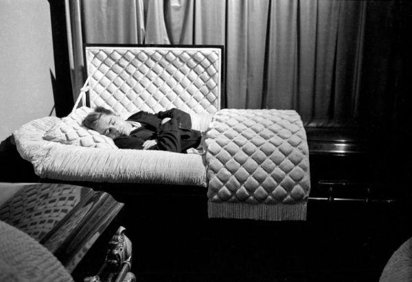 Posando en un ataúd en 1955, siete meses antes de morir