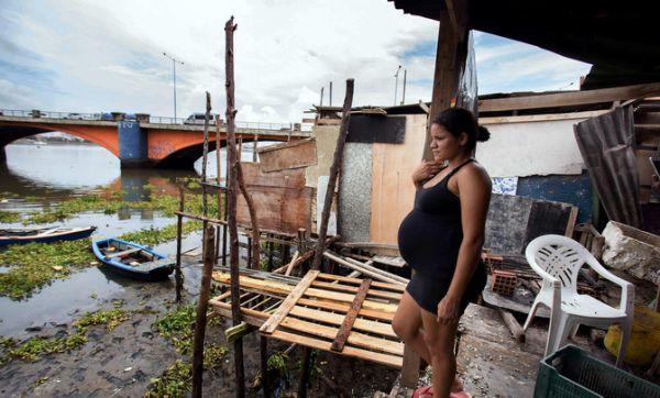 Mujer en la Favela Beco do Sururu, ubicada junto al barrio más rico de la ciudad de Recife, Boa Viagem, y donde se han registrado numerosos casos de dengue y chikunguña.
