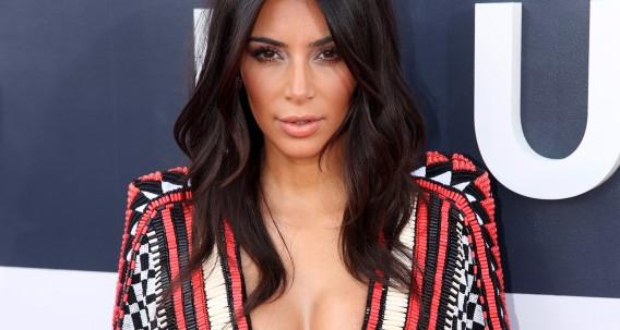 Mujer probó truco de Kim Kardashian para usar escote usando
