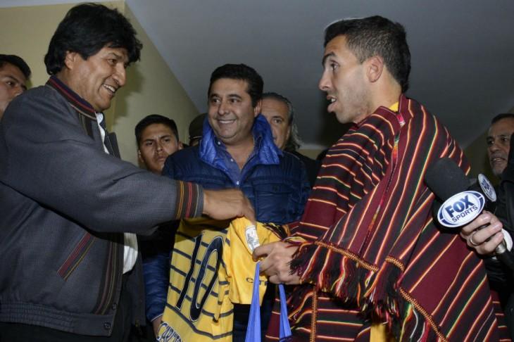 Evo Morales regala poncho a Teves I Canchallena
