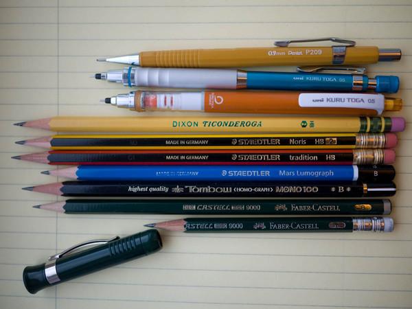 La escritura a mano con bolígrafos y lápices convive con el uso cada vez más extendido de las tabletas y los computadores. Entre estos dos tipos de escritura hay diferencias cognitivas y motoras. / Jon Lim