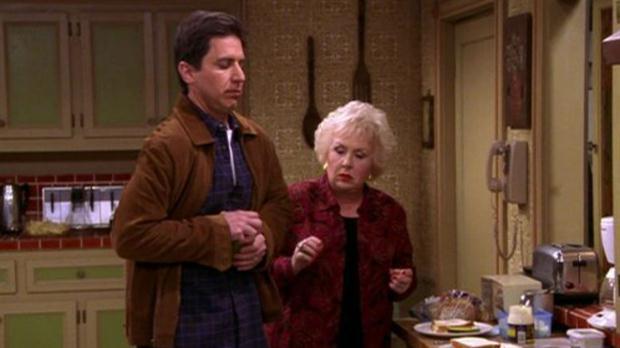 Doris Roberts con Ray Romano en Everybody Loves Raymond..