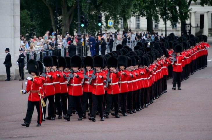 Desfile militar en honor a la monarca. | AFP