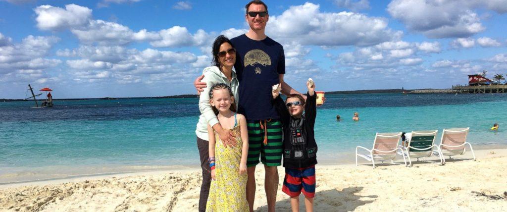 Karen junto a su esposo Greg, y sus hijos Holden (4) y Zoey (7)