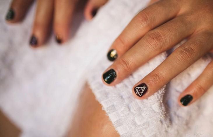 La manicure de la novia fue hecha con símbolos del libro.