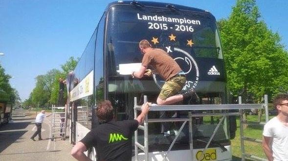 Cambiando el logo de campeones del bus de Ajax I 101 Great Goals.com