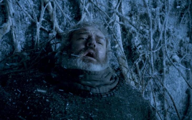 Hodor conteniendo a los caminantes blancos | HBO