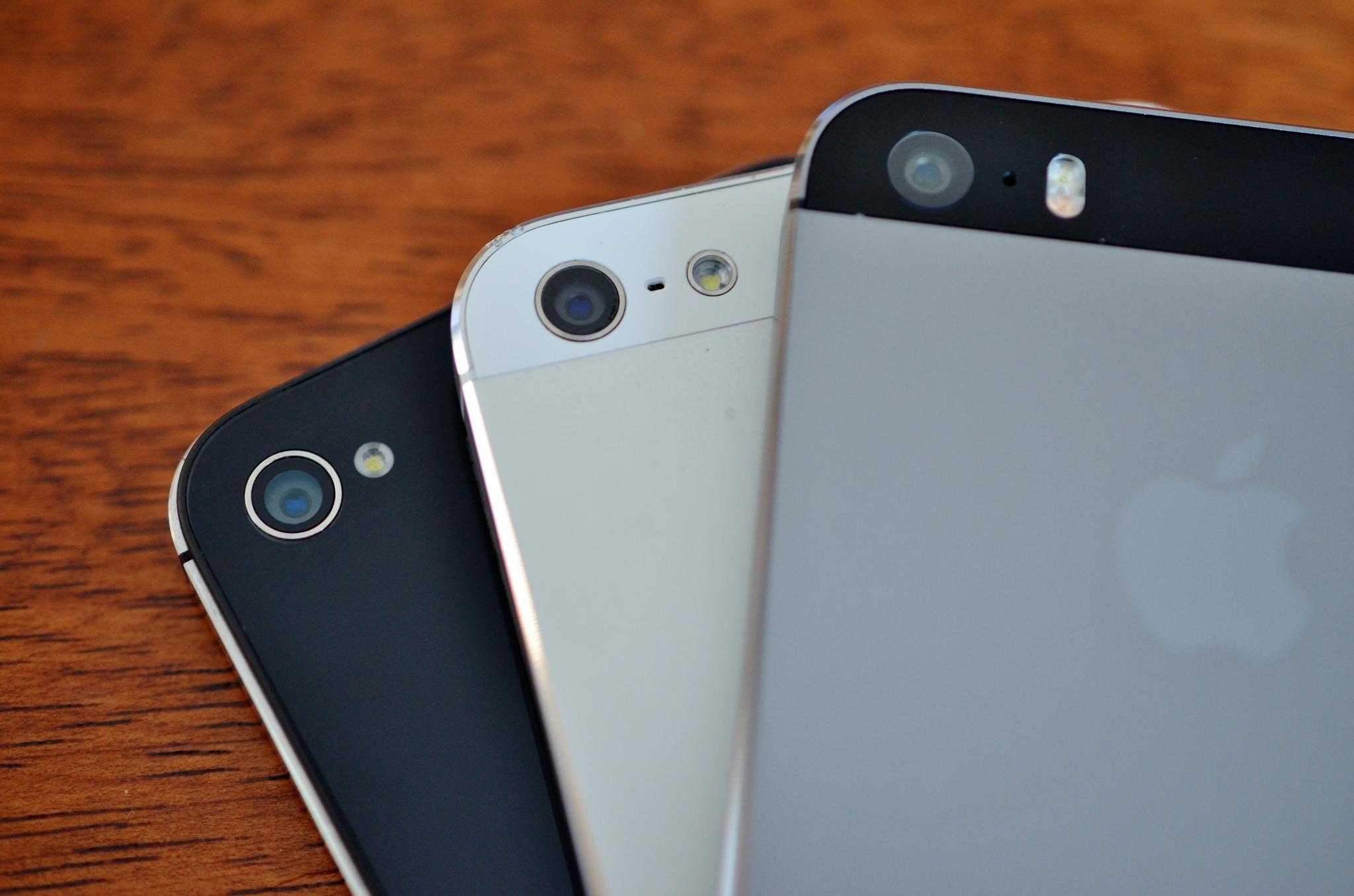Un iPhone 4S (no tiene agujero), un iPhone 5 y un iPhone 5S | Simon Yeo (CC) Flickr