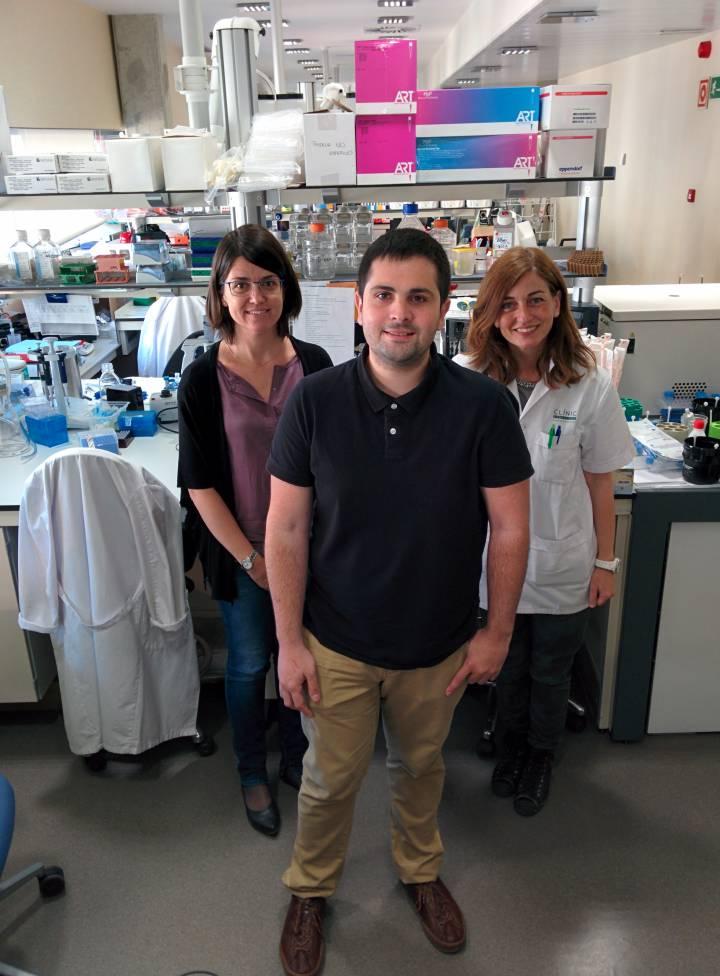 Javier Casado junto a la Dra Elena Ricart (derecha) y la investigadora del Idibaps Azucena Salas (izquierda) | El País