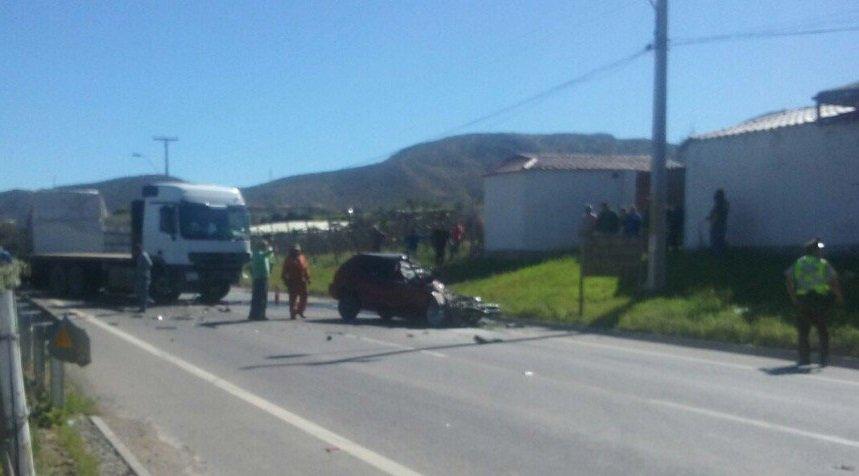 Accidente entre un camión y un automóvil.