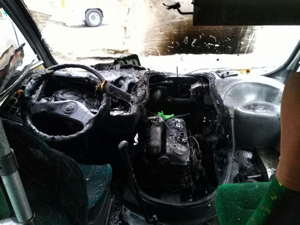 Taxibús quemado tras incendio en Coronel
