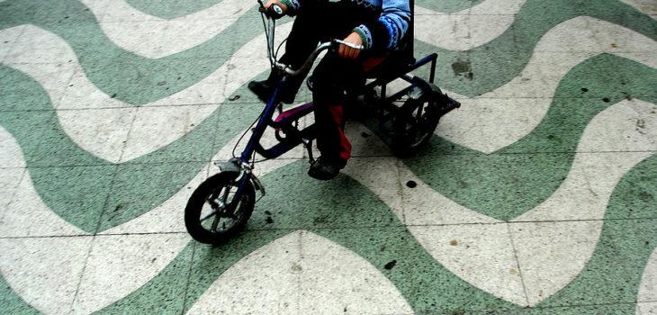 niño andando en un triciclo
