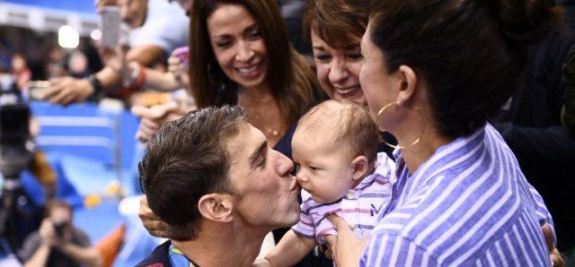 Phelps y su familia tras ganar los 200m mariposas en Río