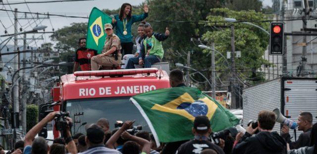 Rafaela Silva llegando como heroína a su favela; Ciudad de Dios