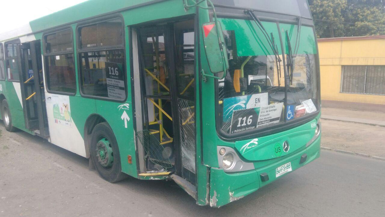 Violento choque entre furgón policial y bus del Transantiago en Estación Central.