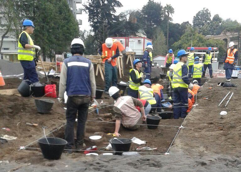 Trabajan para rescatar osamentas mapuches en Concepción.