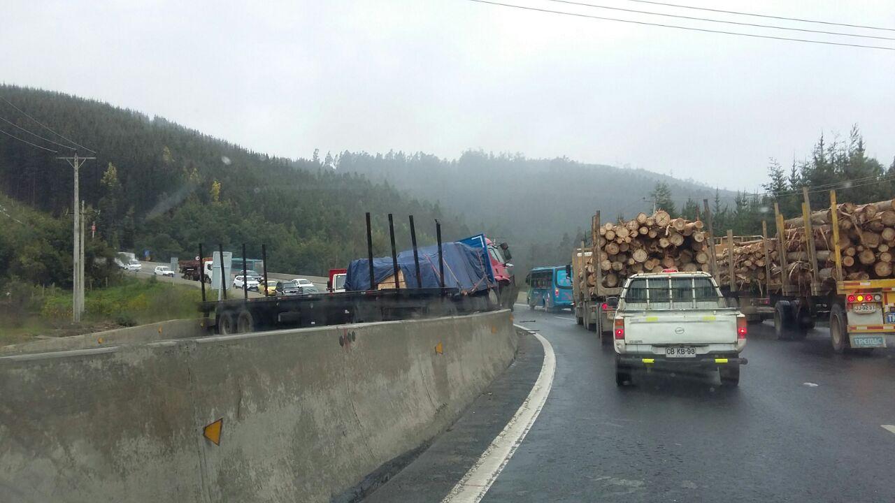 Camión colisionó barrera de contención en Ruta 160