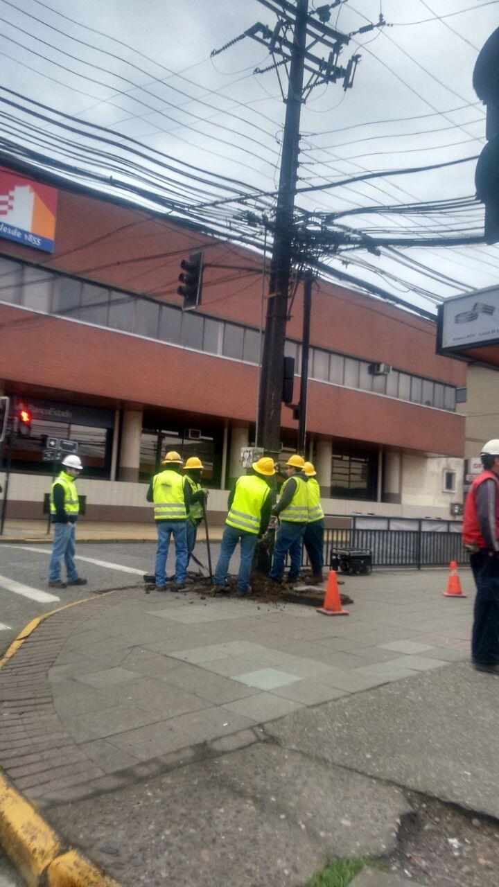cambio de poste afecta a más de mil clientes en Valdivia