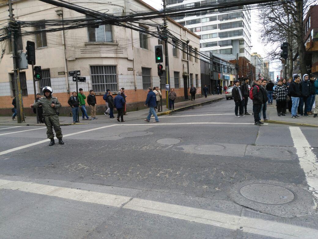 Carabinero desvía el tránsito en la esquina de San Martín y Colo Colo