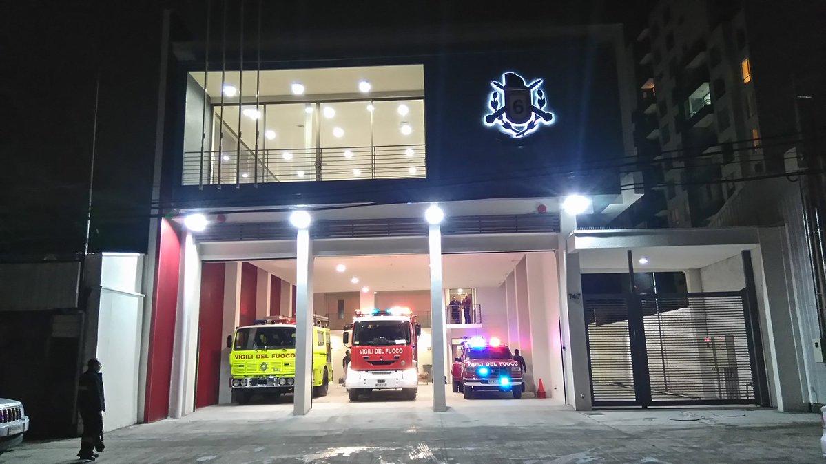 Frontis del nuevo edificio de Bomberos en Concepción. En su interior los carros disponibles para atender emergencias