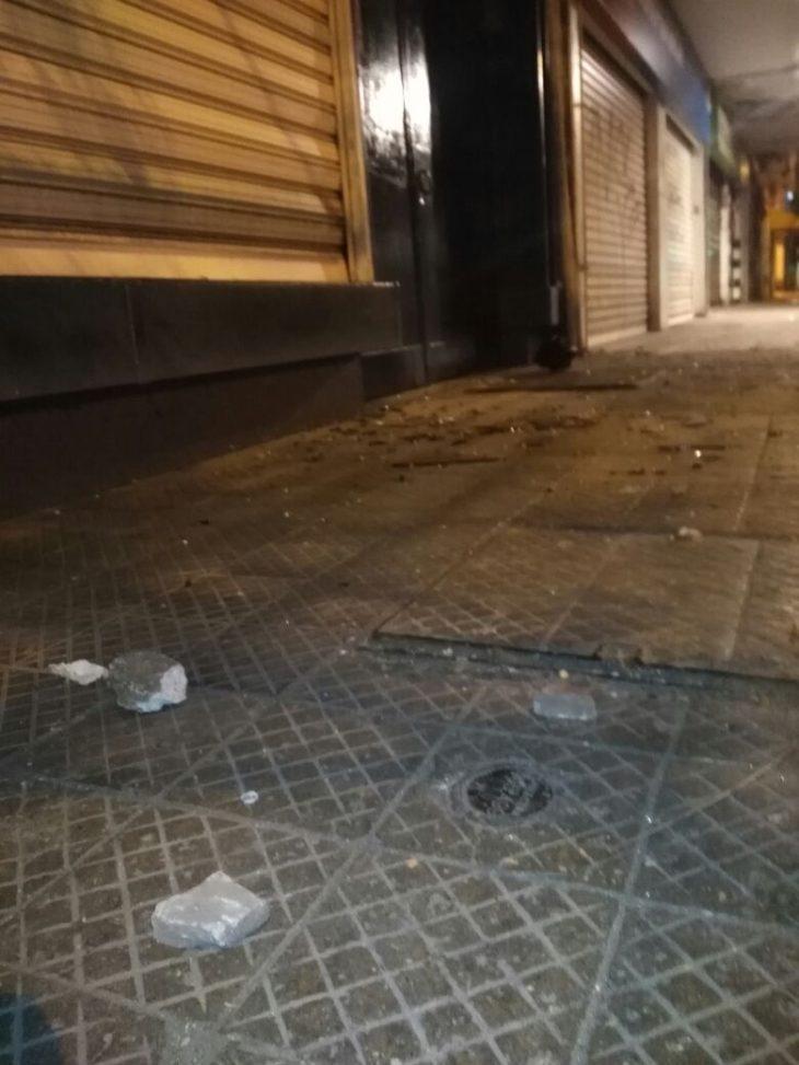 una turba generó daños en sucursales bancarias de calle san diego esquina arauco