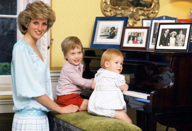 Diana de Gales junto a Príncipe William y Harry   Palacio de Buckingham
