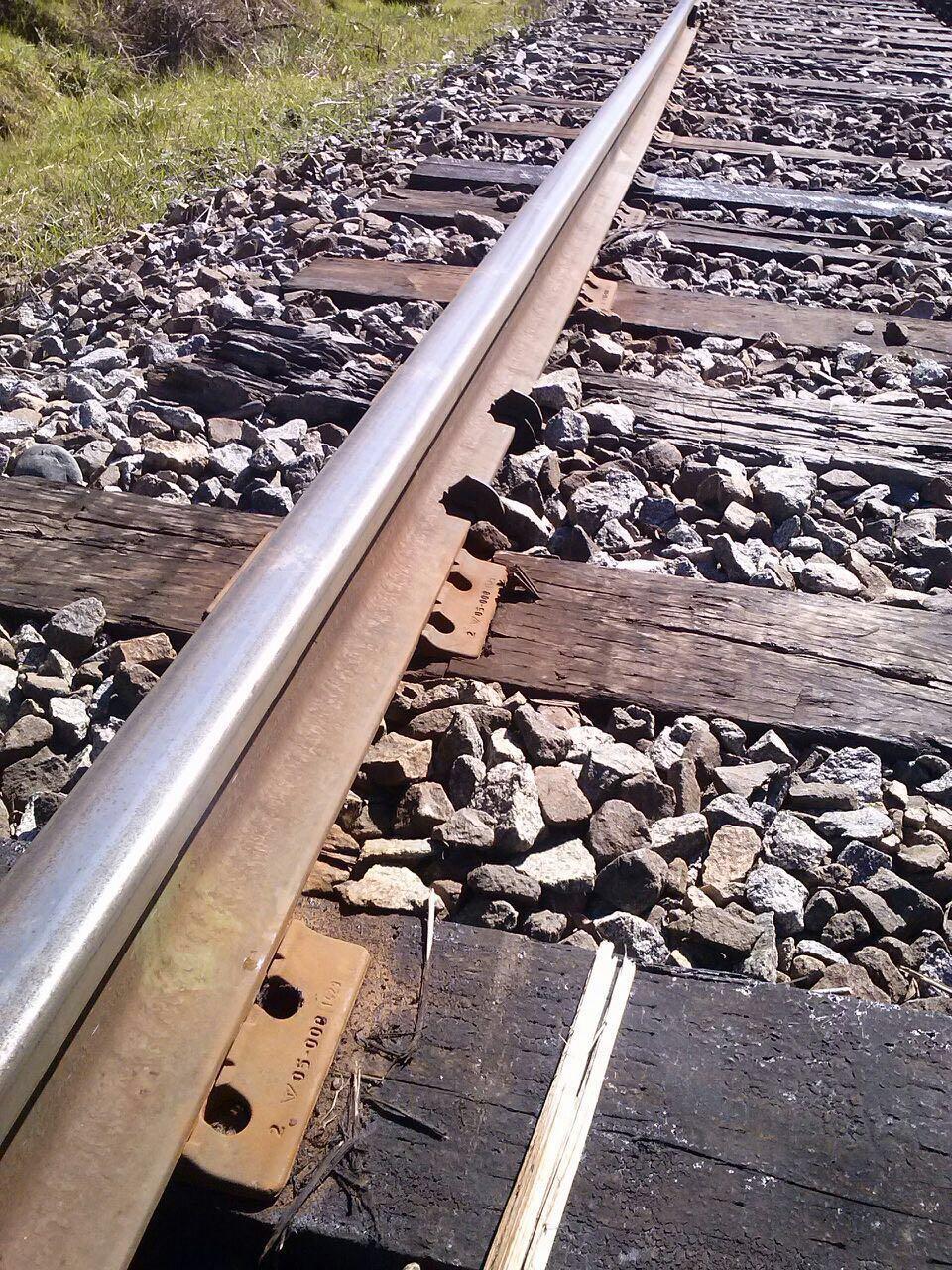 Línea férrea con pernos soltados en Ercilla.