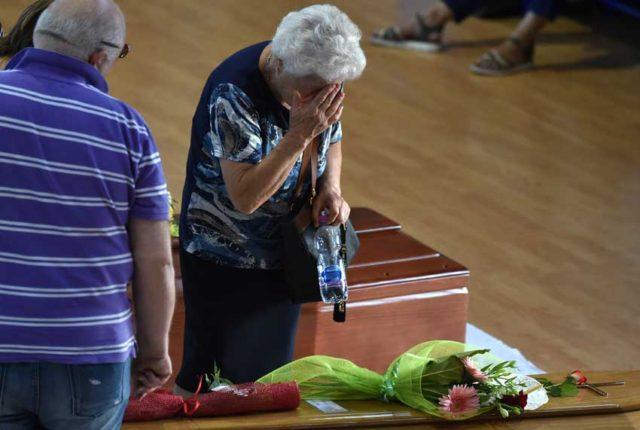 Familiares preparan ataúdes para despedir a víctimas del terremoto en Italia.