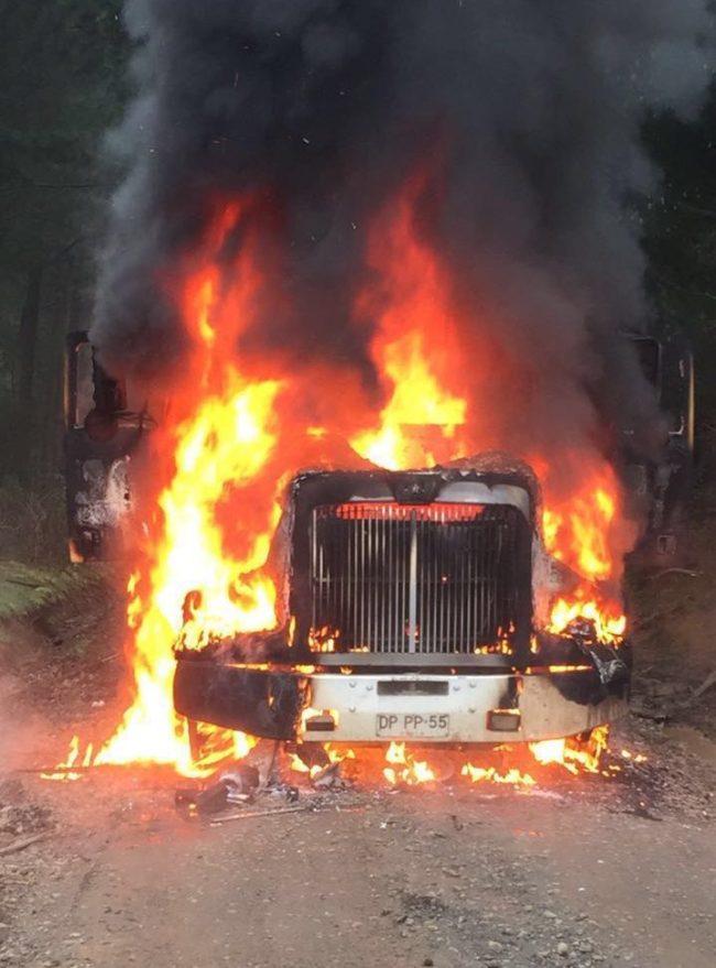 Camión incendiándose tras ataque de desconocidos .