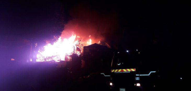Violento incendio afecta a viviendas del sector Playa Ancha en Valparaíso