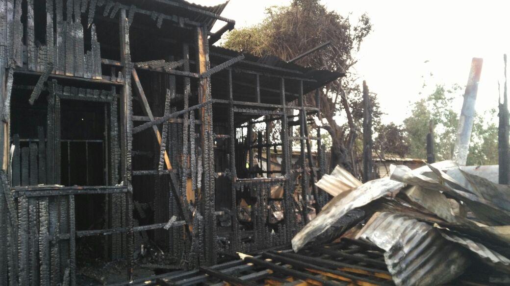 Efectos del fuego, con la destrucción completa del galpón