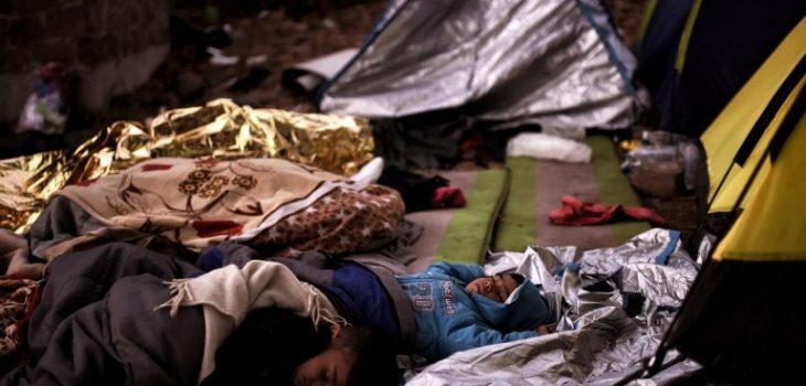 Niños duermen en campamentos de centro de refugiados en Grecia.