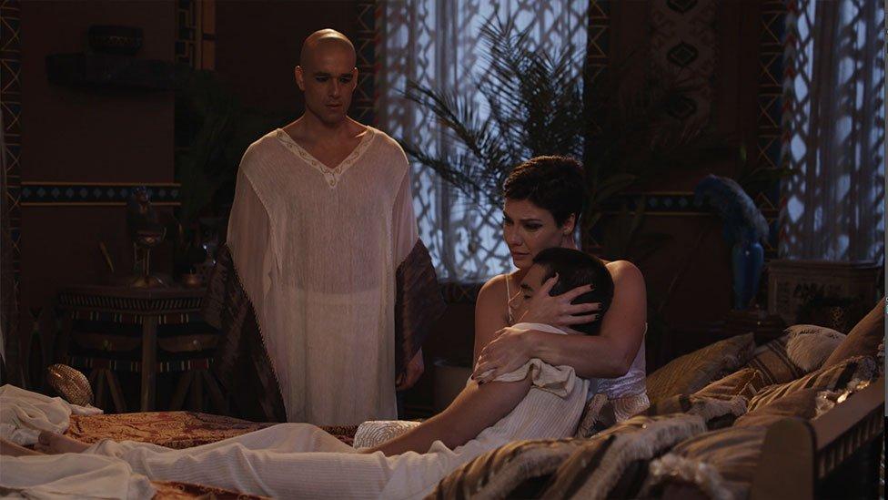 Nefertari llora a su hijo muerto