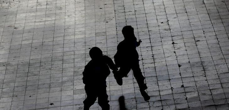 Niños corriendo en la oscuridad.