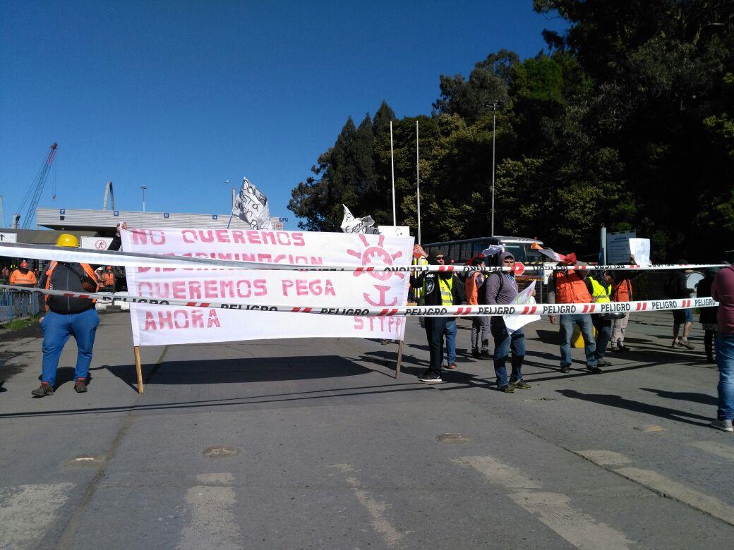 Trabajadores protestan bloqueando acceso al puerto