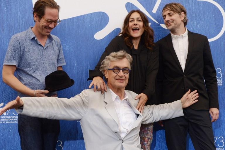 """Wim Wenders abajo junto a Sophie Semin, Reda Kateb (Izquierda) y Jens Harzer (Derecha), sus aliados en """"Los bellos días de Aranjuez""""."""