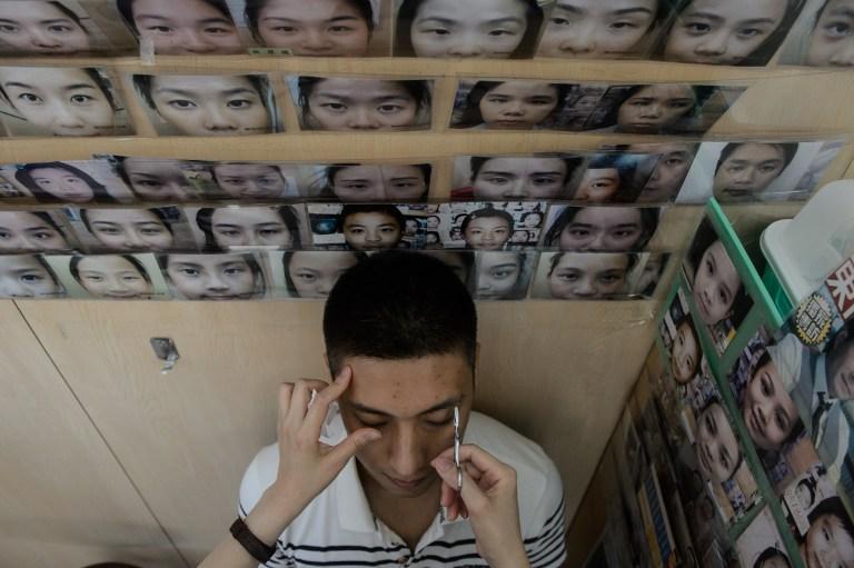Hongkoneses se cambian las cejas para mejorar su suerte