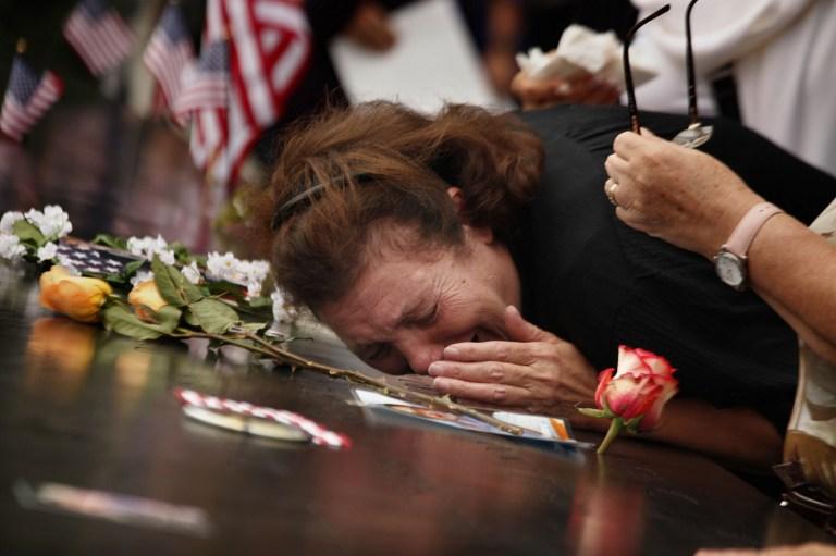Madre llora la pérdida de su hijo, uno de las víctimas del 9/11