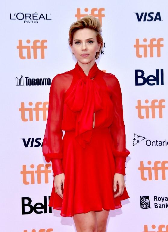 El look más serio de Scarlett Johansson