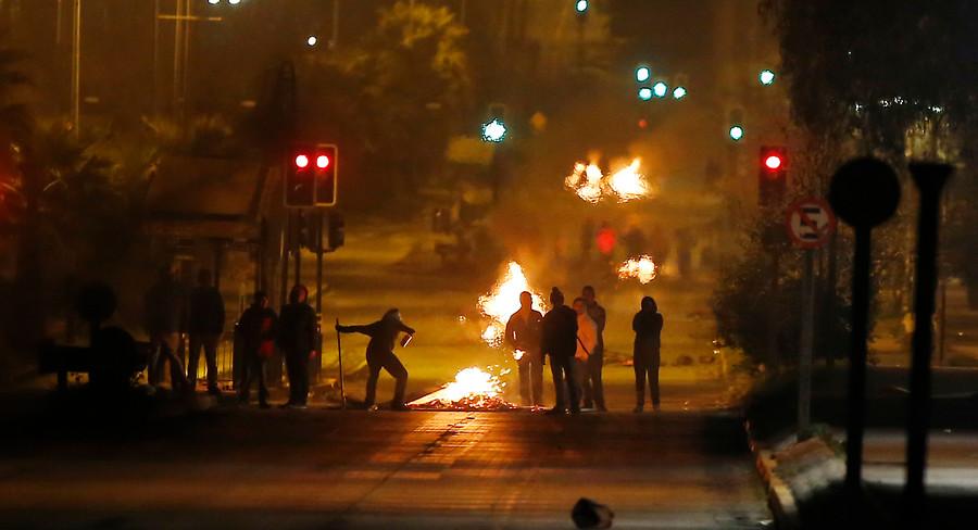 Barricadas y enfrentamientos con Carabineros se registran en Avenida Grecia a la altura de las Parcelas, en la comuna de Ñuñoa, en un nuevo aniversario del 11 de Septiembre de 1973.