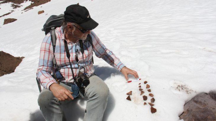 El Dr. Rubén Stehberg ordena y clasifica algunos de los numerosos restos cerámicos de origen incásico encontrados en el sitio.