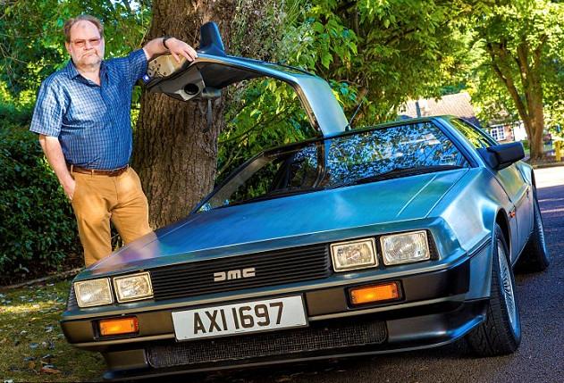 hombre con su DeLorean